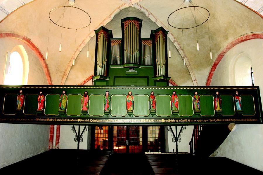 Blick auf die Orgel und die Empore mit den elf Apostelfiguren