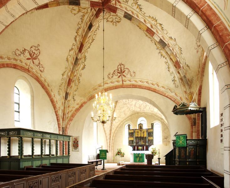 Das Kircheninnere mit Blick auf den Altar im Chorraum. Links der Grollander Stuhl und rechts die Kanzel