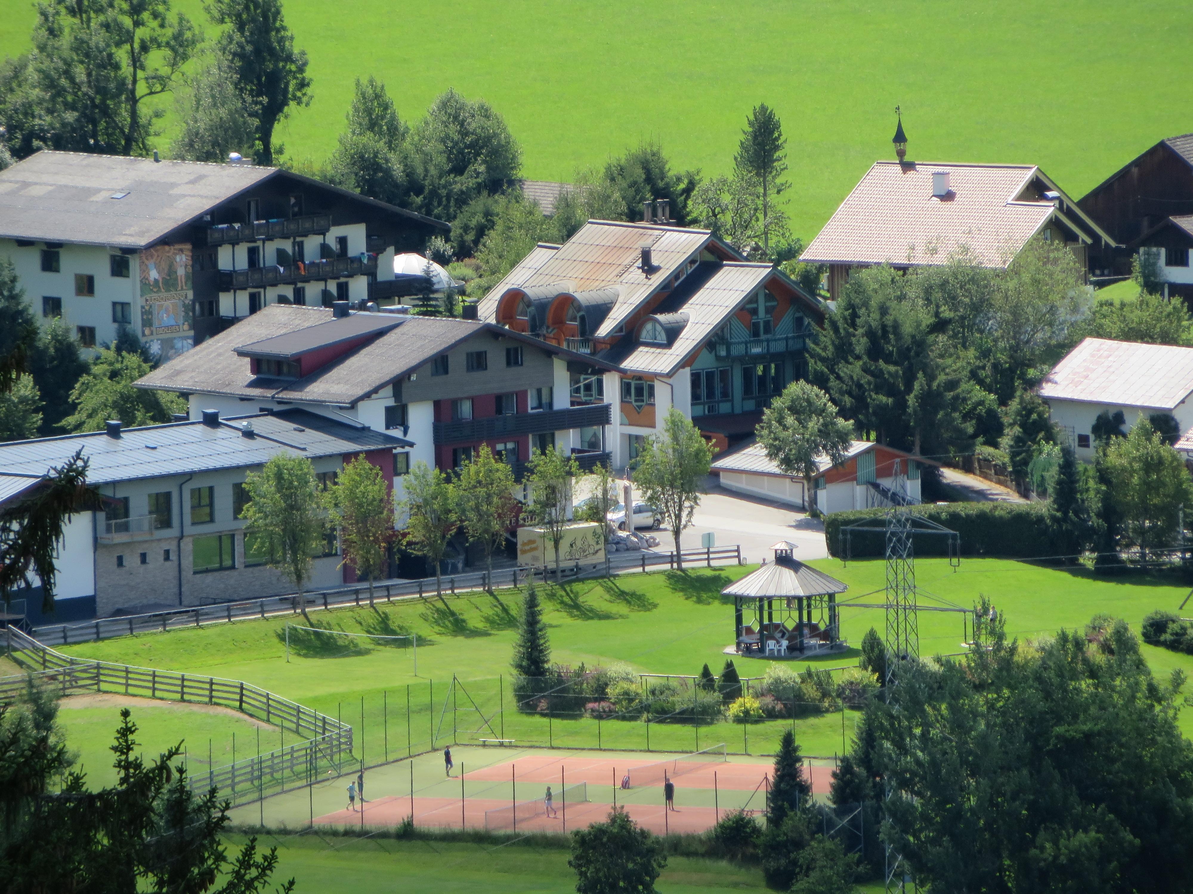 Das Bild zeigt die Unterkunft mit dem Haus Bachlehen und dem Johanneshof