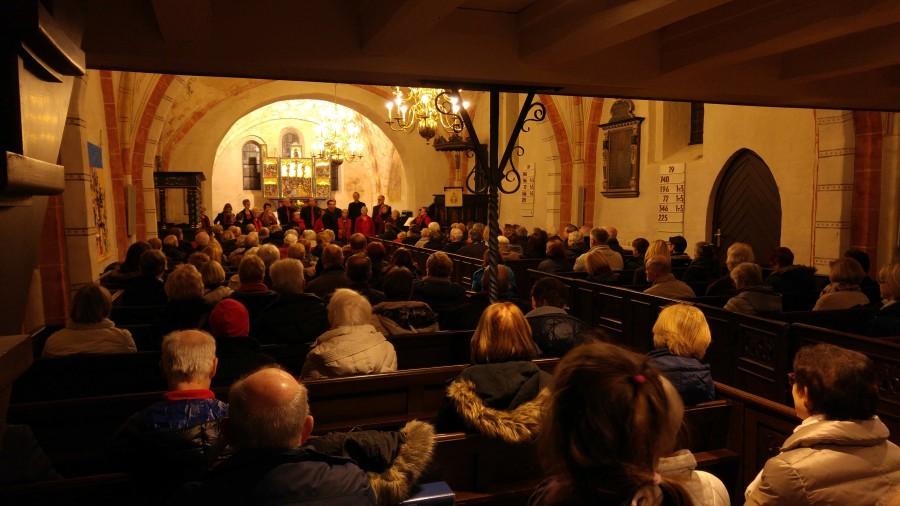 Der Gospelchor in der voll besetzten Kirche