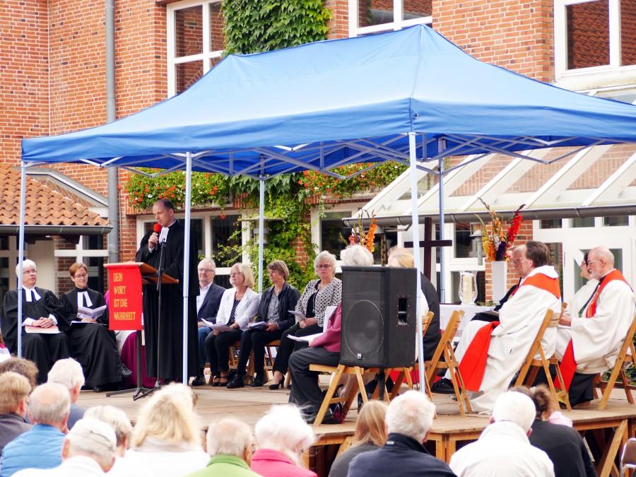 Superintendent Jörn-Michael Schröder nahm einen Witz über den Papst in einer Sauna als Aufhänger für den Aufruf auch weiterhin aufeinander zuzugehen.