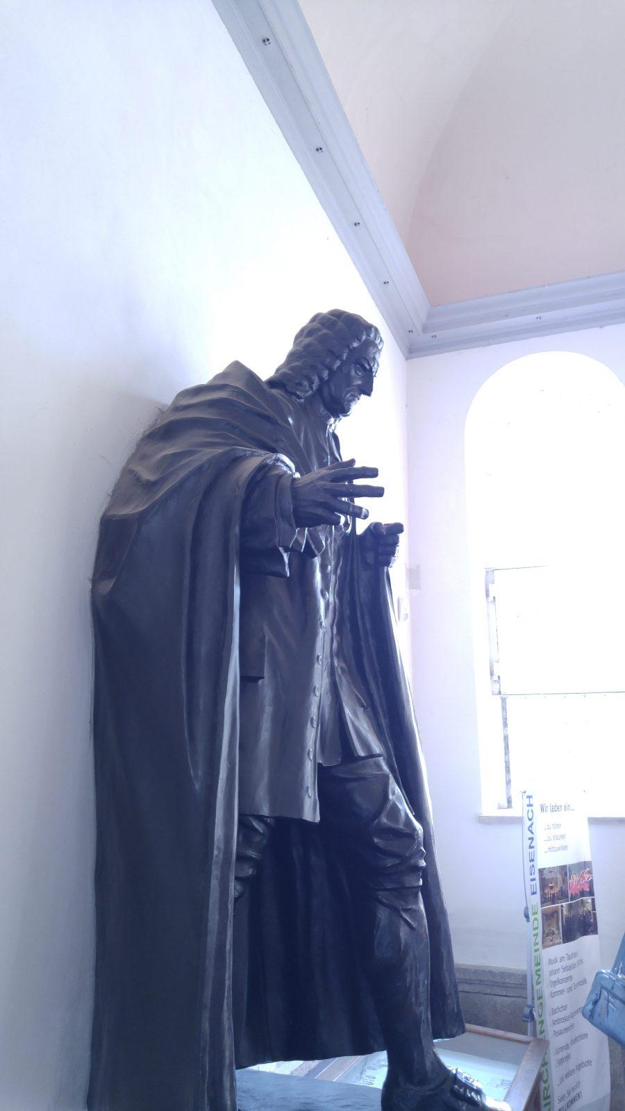 Große Plastik, die Johann Sebastioan Bach darstellt.
