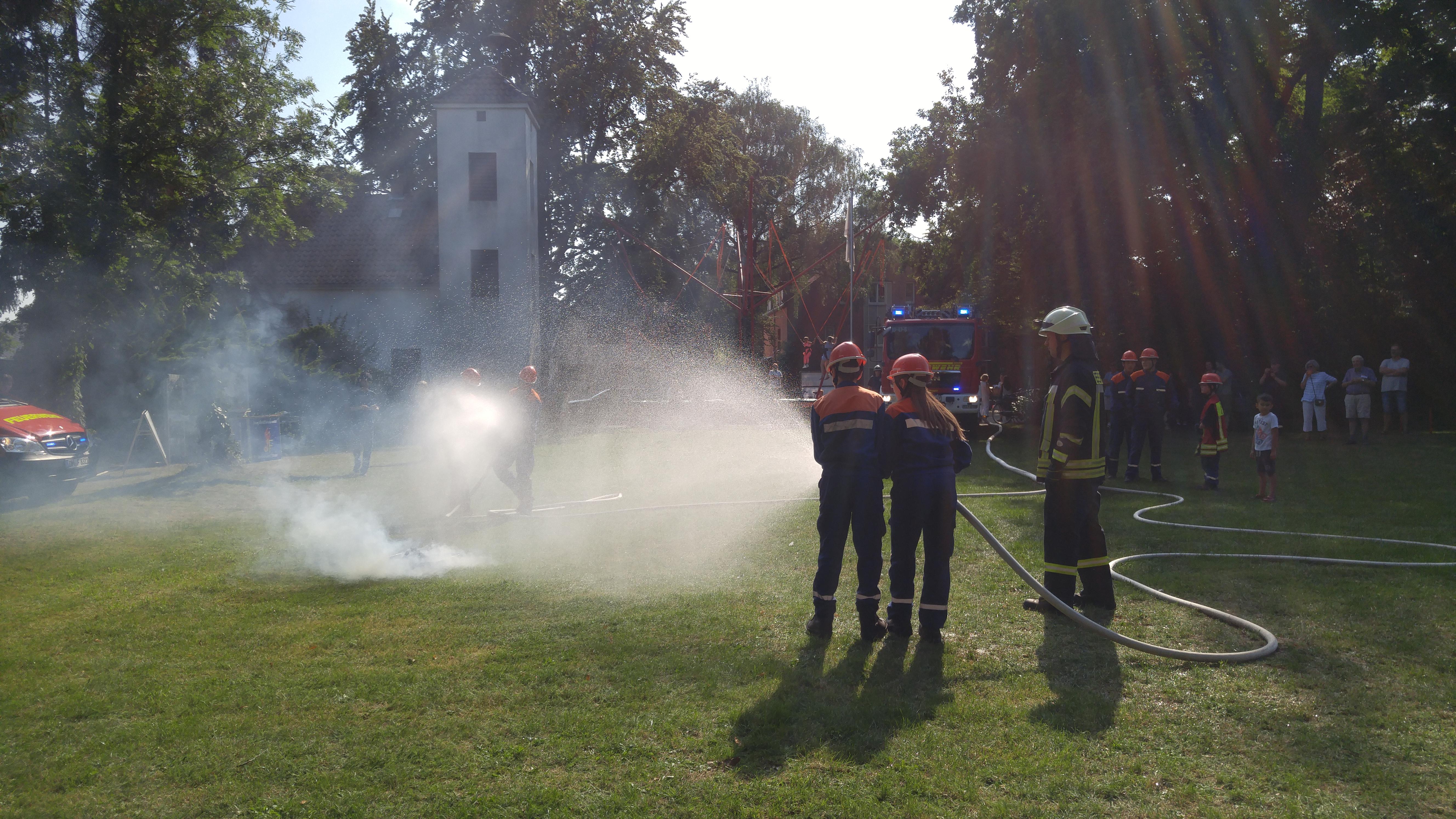 Die Jugendfeuerwehr Stuhr und Brinkum löscht in einer Übung zu Präsentationszwecken einen kleinen Brand in einer Feuerschale.