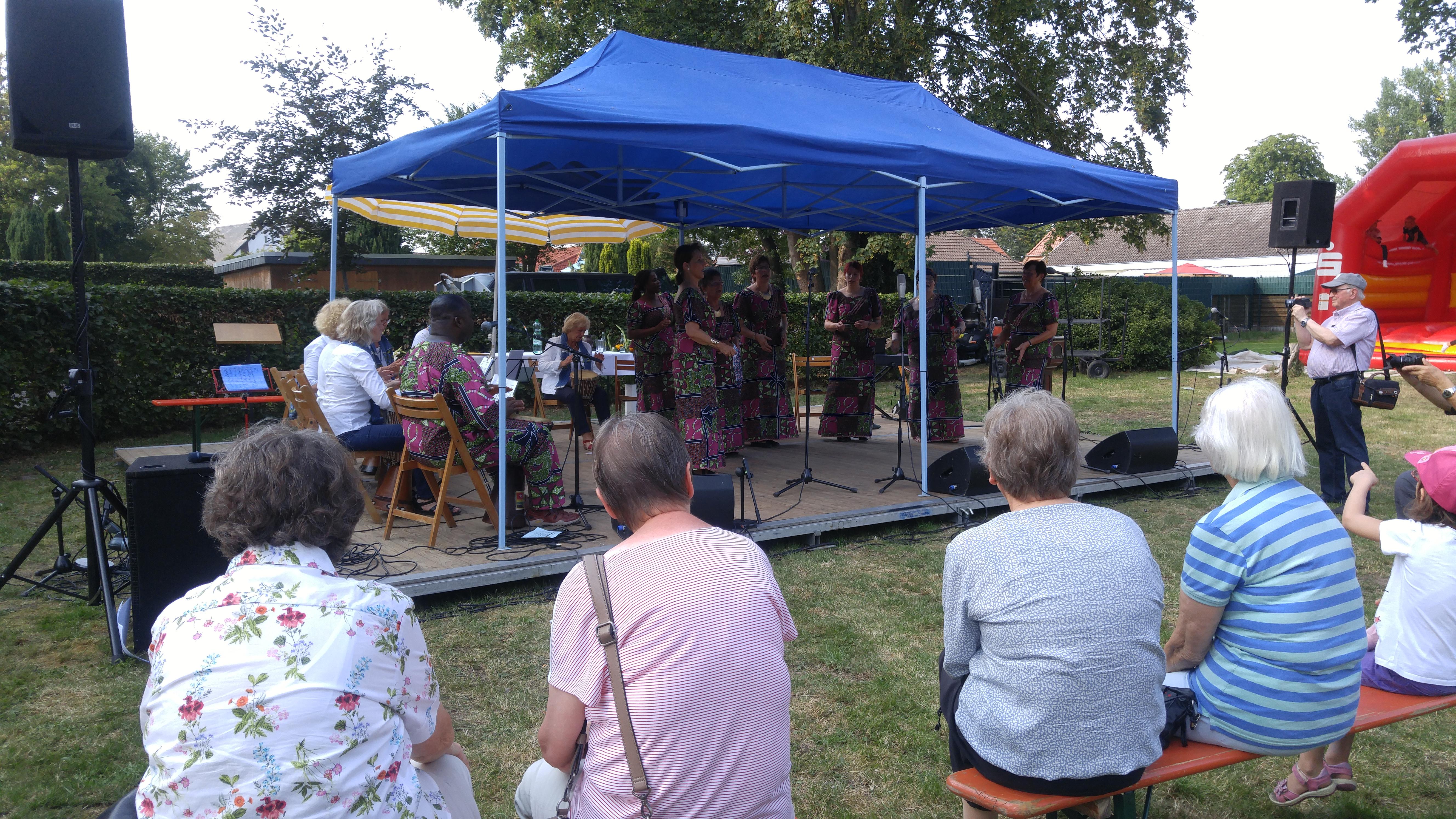 Der Chor Agama, der afrikanischen Lobpreisgesang singt, auf der bühne des Sommerfestes