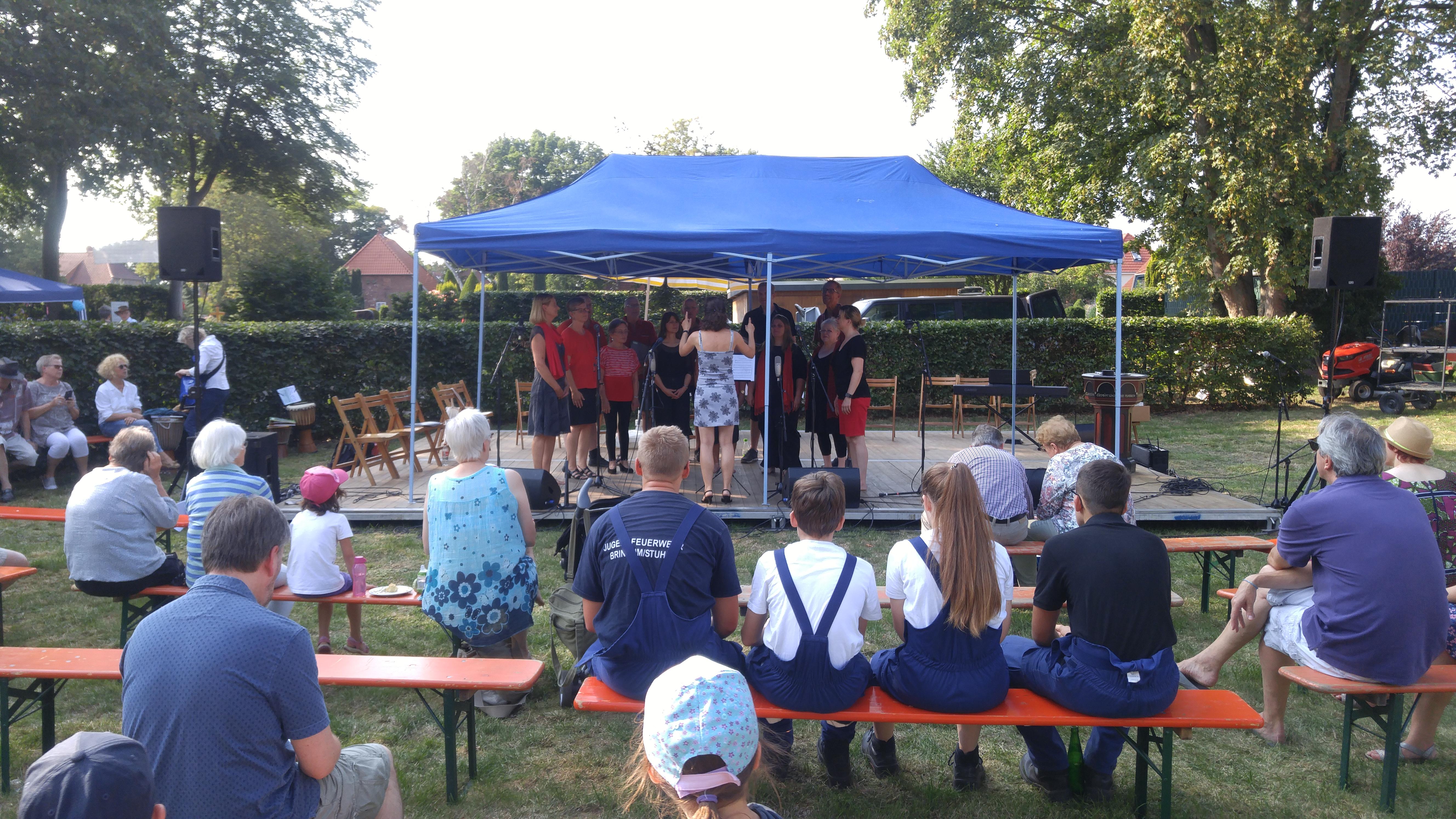 Der Gospelchor Chorios auf der Bühne des Sommerfestes